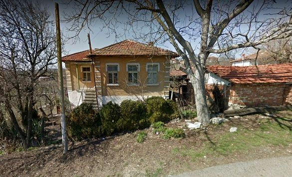 Продавам двуетажна къща с двор в центъра на с. Кубадин