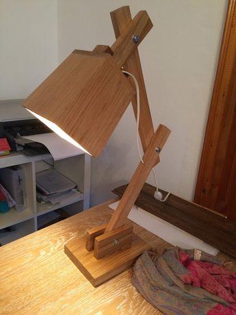 Vand lampa de birou din lemn de stejar.