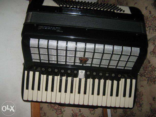 Vand acordeon Parrot, ca nou, adus din Belgia are muzică de scandalli