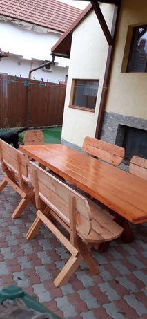 Masă, bancute și scaune din lemn masiv