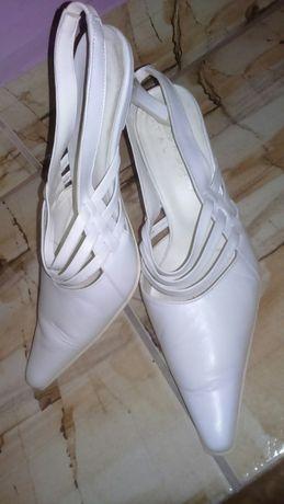Vand pantofi albi din piele