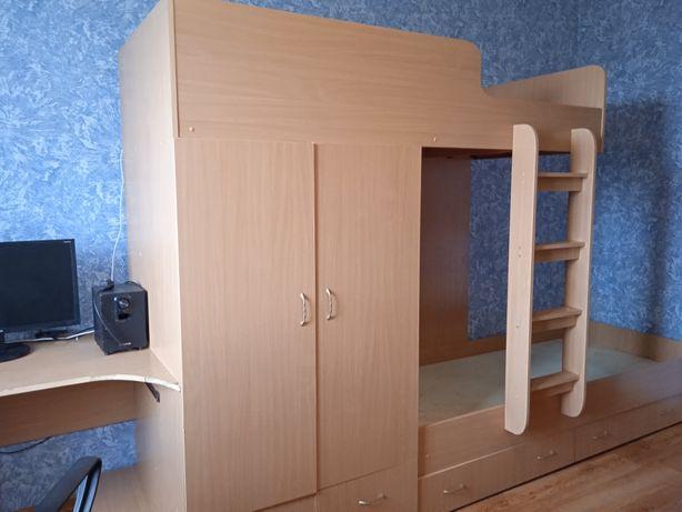 Двухярусная кровать +шкаф+ стол.Состояние среднее