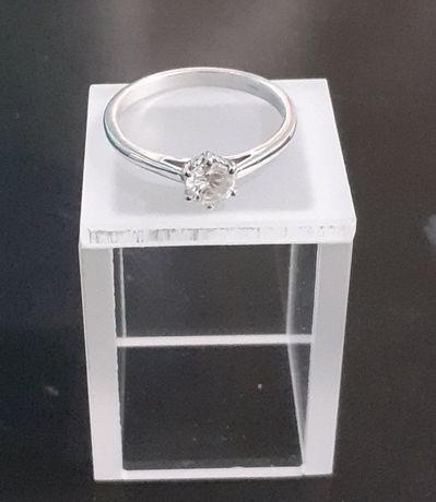 Златен годежен пръстен с диамант.