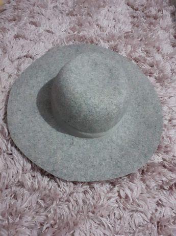 Pălărie de culoare gri