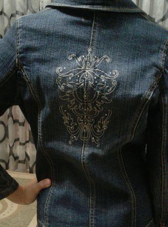 Джинсовый пиджак на девочку.