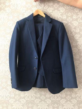 Продам костюм тройка с 2-мя брюками (новая)
