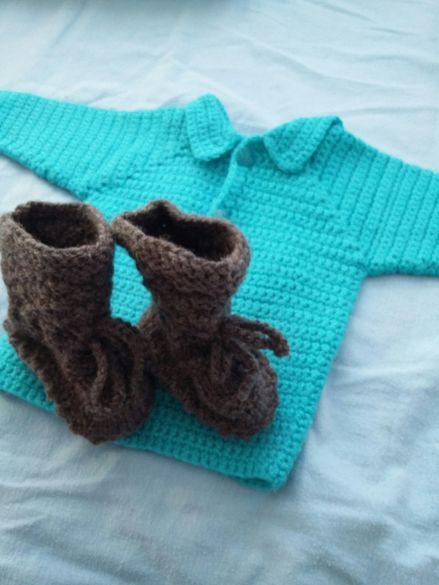 Чисто нови!Бебешка плетена жилетка с подарък терлички