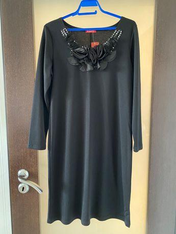 Дамска черна рокля с декорация