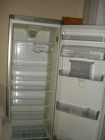 Хладилник Fagor с диспенсър за вода и напитки