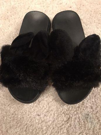 Papuci cu puf si urechi culoarea negru marimea 28 si 29