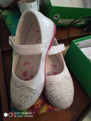 Белые детские туфли