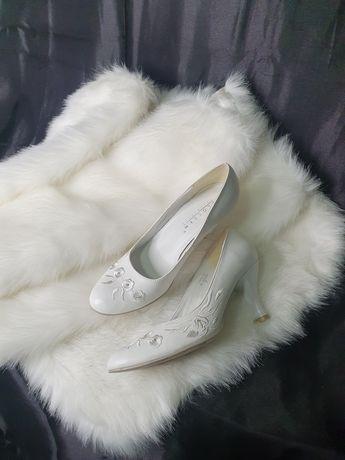 Меховая накидка для невесты и туфли кожаные белые