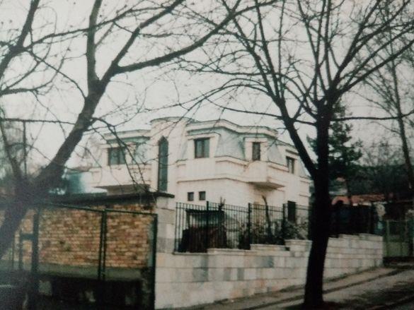 Голям имот - къща с 2 дка двор, гараж,бетонов път в двора, от собствен