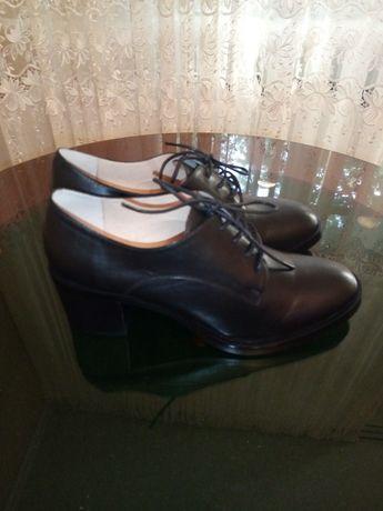 Продам новые полу ботинки на каблуке!
