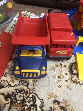Игрушки, грузовик и мусоровоз