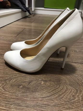 Продается белые туфли