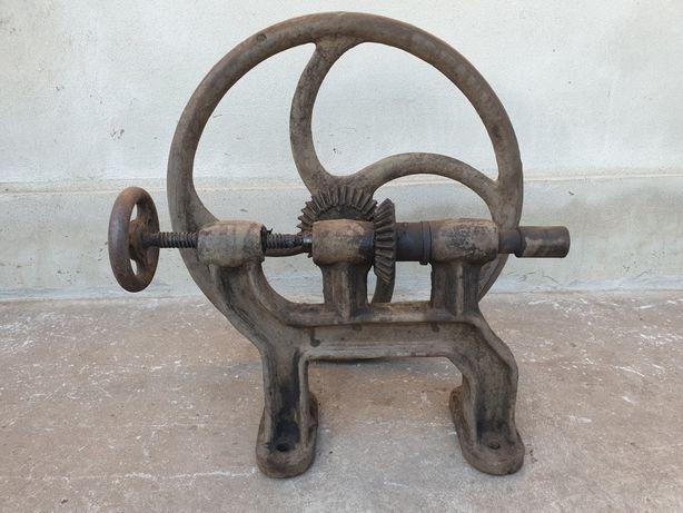 Masina veche de găurit / covacie / industriala / din fonta
