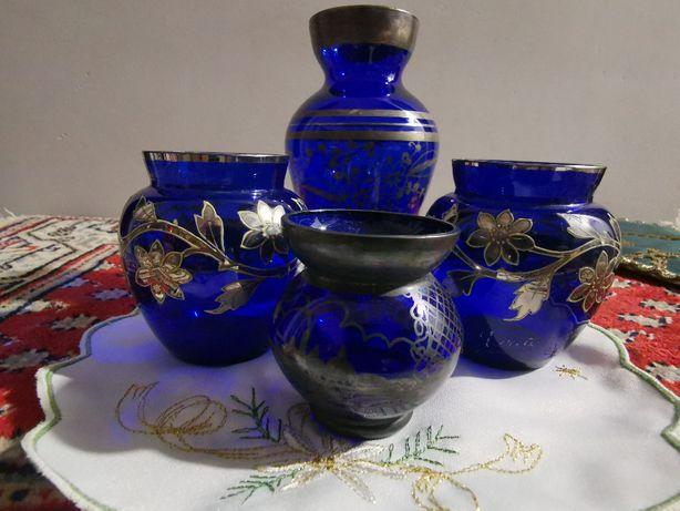 Vând o vază veche de sticlă albastru cobalt vintage cu decor argint