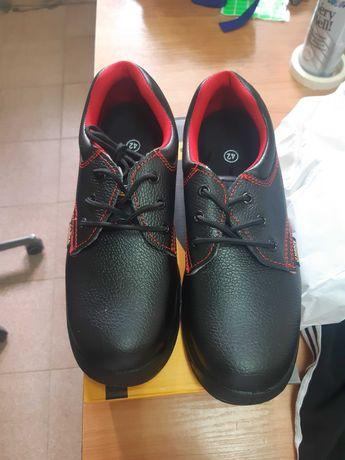 Обувки от естествена кожа .Нови с метални бомбета.