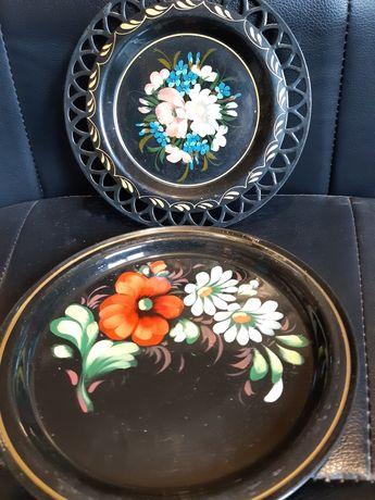 Декорация- два броя винтидж метални чинии.