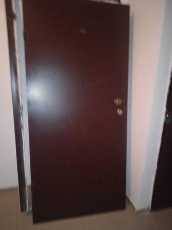 Дверь, коричневый,железный, буу