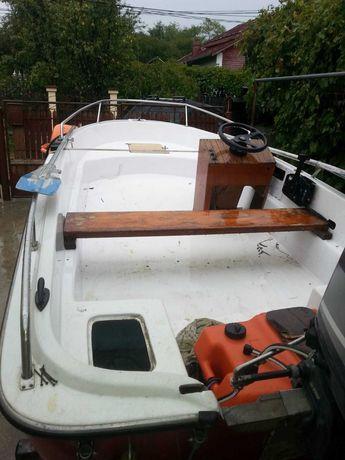 Vând barcă cu motor și peridoc
