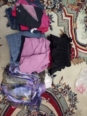 Одежды девочки в хорошем состояний