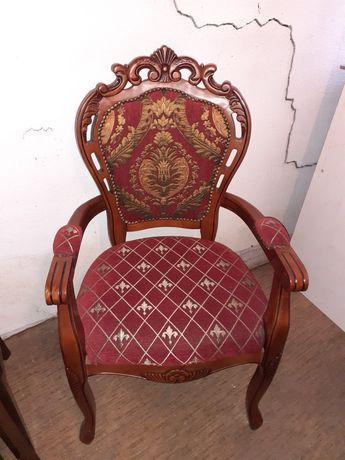 Столовете са с изящна форма и изящна инкрустации тапицерия с мотиви.