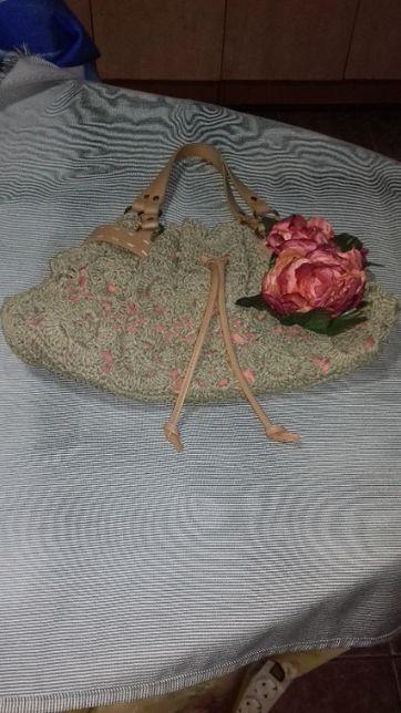 geanta cosmopolitan crosetata manual cu trandafirasi