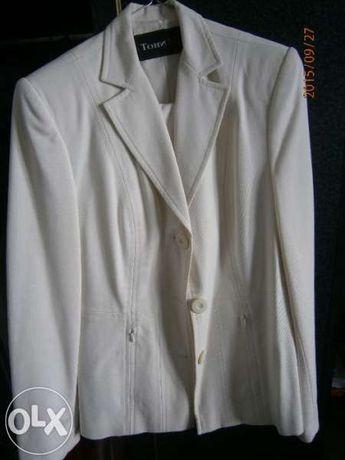 дамски костюм -бял.Намален 30лева