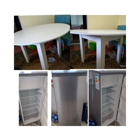 Холодильник и стол сатылады.