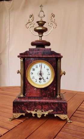Античен френски мраморен каминен часовник.