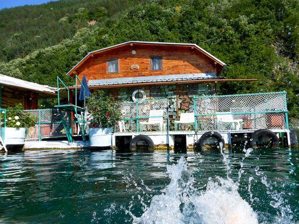 Почивка в плаваща къща Модър - язовир Въча