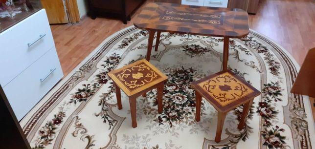 Masa de artizanat cu doua scaune lucrate manual
