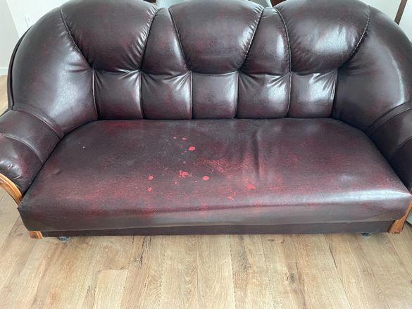 Кожен разтегателен диван.