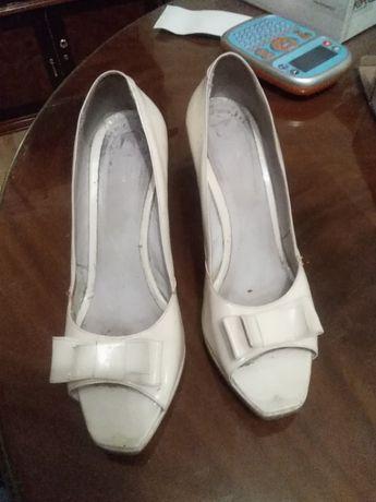 Pantofi piele lacuita alba
