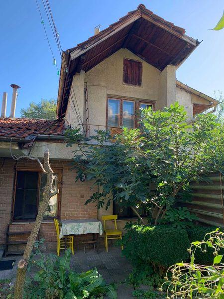 Продава къща и втори етаж от къща в района на АВС. гр. Кюстендил - image 1