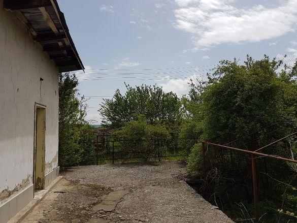 Дворно място с постройка в село Априлово