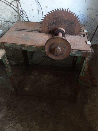 Circular de taiat lemne cu masa metalica sudata si motor puternic