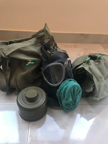 Стари военни предмети-противогаз, сумка и др.