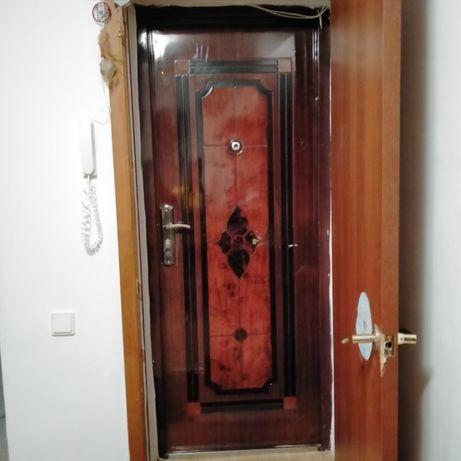 продаю входную дверь