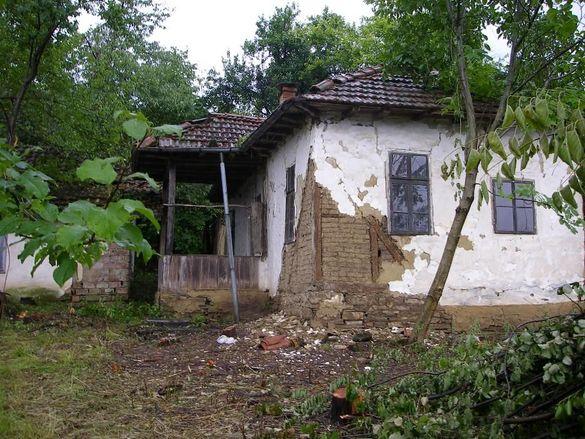 Продавам стара къща 40м2 в с.Шумата с един декар двор