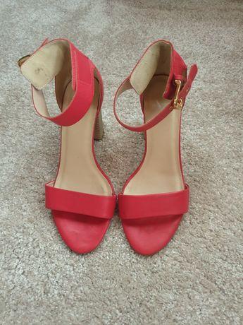 Дамски сандали на Versace и на Massimo Zardi