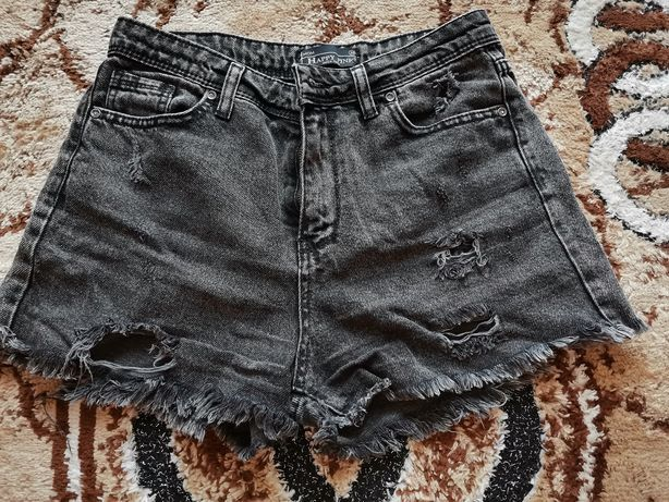 Vând pantaloni scurți de blugi