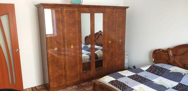 Спальный гарнитур: шкаф с зеркалом (на дверях), двуспальная кровать, 2