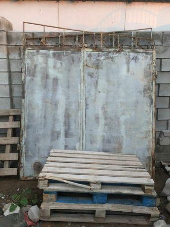 Металлические ворота с декоративными узорами