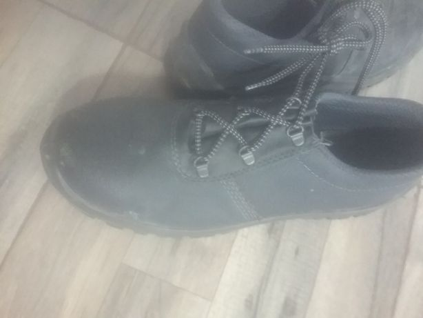 Se  vinde  pantofi  cu protecție  metalică.