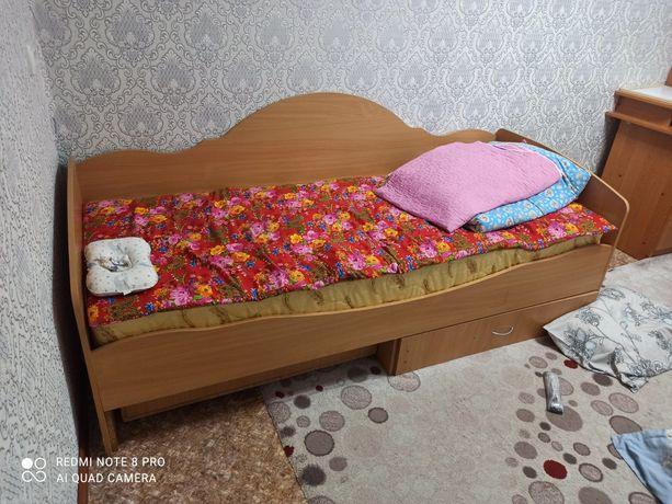 Кровать на одного человека с матрацем