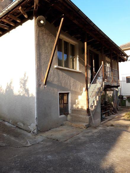Къща в кв. Лютаци с двор