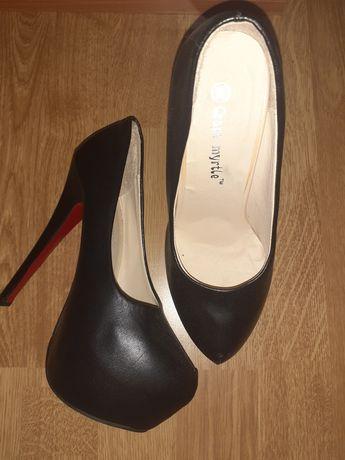 Vând pantofi cu platformă noi